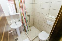 Ванная комната. Черногория, Игало : Студия с кондиционером, плазменным телевизором и террасой