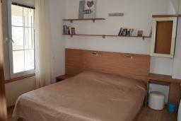 Спальня. Черногория, Бар : Апартамент в комплексе с бассейном, гостиная, 2 спальни, 2 ванные комнаты, собственный зеленый дворик с барбекю и видом на горы