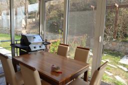 Обеденная зона. Черногория, Бар : Апартамент в комплексе с бассейном, гостиная, 2 спальни, 2 ванные комнаты, собственный зеленый дворик с барбекю и видом на горы