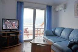Гостиная. Черногория, Обала Джурашевича : Апартамент возле пляжа, с гостиной, отдельной спальней и балконом с видом на горы