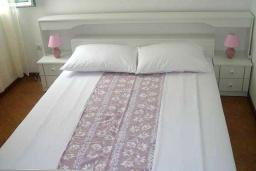 Спальня. Черногория, Обала Джурашевича : Апартамент возле пляжа, с гостиной, отдельной спальней и балконом с видом на горы