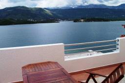 Вид на море. Черногория, Обала Джурашевича : Апартамент возле пляжа, с гостиной, отдельной спальней и балконом с шикарным видом на море