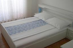 Спальня. Черногория, Обала Джурашевича : Апартамент возле пляжа, с гостиной, отдельной спальней и большим балконом с шикарным видом на море