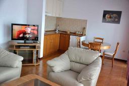 Гостиная. Черногория, Обала Джурашевича : Апартамент возле пляжа, с гостиной, отдельной спальней и большим балконом с шикарным видом на море