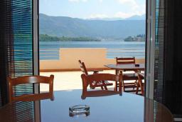 Вид на море. Черногория, Обала Джурашевича : Апартамент возле пляжа, с гостиной, отдельной спальней и большим балконом с шикарным видом на море