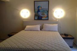 Спальня 2. Черногория, Столив : Трехэтажный дом в 10 метрах от моря, 3 гостиные, 5 спален, 3 ванные комнаты, зеленый сад, барбекю, парковка, Wi-Fi