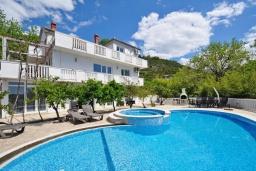 Фасад дома. Черногория, Тиват : Роскошная вилла с бассейном, фруктовым садом и видом на море, 6 спален, 3 ванные комнаты, джакузи, барбекю, парковка, Wi-Fi