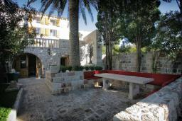 Патио. Черногория, Риека Режевичи : Роскошный каменный дом с бассейном и двориком с барбекю, 4 спальни, 3 ванные комнаты, сауна, камин, парковка, Wi-Fi