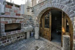 Территория. Черногория, Риека Режевичи : Роскошный каменный дом с бассейном и двориком с барбекю, 4 спальни, 3 ванные комнаты, сауна, камин, парковка, Wi-Fi