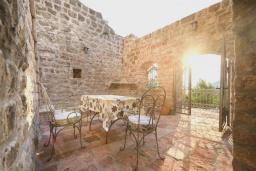 Территория. Черногория, Пржно / Милочер : Роскошная каменный дом с бассейном и видом на море, 4 спальни, 5 ванных комнат, тренажерный зал, турецкая баня, джакузи, парковка, Wi-Fi