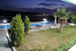 Бассейн. Черногория, Томба : Великолепная вилла с бассейном и детской площадкой, 4 спальни, 3 ванные комнаты, сад, джакузи, парковка, Wi-Fi