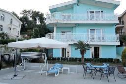 Фасад дома. Черногория, Томба : Великолепная вилла с бассейном и детской площадкой, 4 спальни, 3 ванные комнаты, сад, джакузи, парковка, Wi-Fi