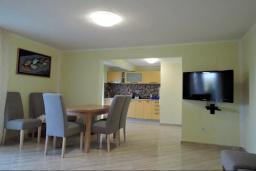 Гостиная. Черногория, Томба : Великолепная вилла с бассейном и детской площадкой, 4 спальни, 3 ванные комнаты, сад, джакузи, парковка, Wi-Fi