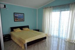 Спальня. Черногория, Томба : Великолепная вилла с бассейном и детской площадкой, 4 спальни, 3 ванные комнаты, сад, джакузи, парковка, Wi-Fi