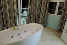 Ванная комната. Черногория, Томба : Великолепная вилла с бассейном и детской площадкой, 4 спальни, 3 ванные комнаты, сад, джакузи, парковка, Wi-Fi