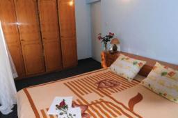 Спальня 2. Черногория, Герцег-Нови : Прекрасный дом с бассейном и двориком, 6 спален, 2 ванные комнаты, парковка, Wi-Fi