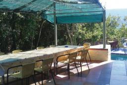 Обеденная зона. Черногория, Герцег-Нови : Прекрасный дом с бассейном и двориком, 6 спален, 2 ванные комнаты, парковка, Wi-Fi