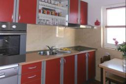Кухня. Черногория, Герцег-Нови : Прекрасный дом с бассейном и двориком, 6 спален, 2 ванные комнаты, парковка, Wi-Fi