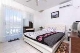 Спальня. Черногория, Кримовица : Прекрасная вилла с бассейном и зеленой территорией, 4 спальни, 2 ванные комнаты, парковка, Wi-Fi