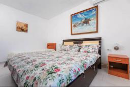 Спальня 2. Черногория, Кримовица : Прекрасная вилла с бассейном и зеленой территорией, 4 спальни, 2 ванные комнаты, парковка, Wi-Fi