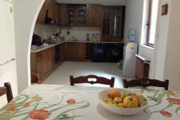 Кухня. Черногория, Лепетане : Прекрасная вилла с бассейном и зеленым двориком, 4 спальни, 3 ванные комнаты, парковка, Wi-Fi