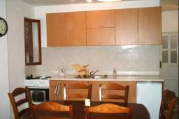 Кухня. Черногория, Радовичи : Прекрасный дом с бассейном и зеленым двориком с барбекю, 4 спальни, 2 ванные комнаты, парковка