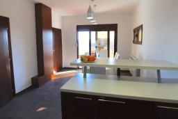 Обеденная зона. Черногория, Братешичи : Прекрасная вилла с бассейном и двориком, 3 спальни, 2 ванные комнаты, парковка, Wi-Fi