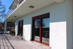 Терраса. Черногория, Братешичи : Прекрасная вилла с бассейном и двориком, 3 спальни, 2 ванные комнаты, парковка, Wi-Fi