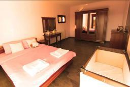 Спальня. Черногория, Братешичи : Прекрасная вилла с бассейном и двориком, 3 спальни, 2 ванные комнаты, парковка, Wi-Fi