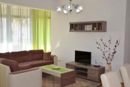 Гостиная. Черногория, Братешичи : Уютный дом с гостиной, двумя спальнями, парковкой и Wi-Fi