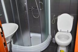 Ванная комната. Черногория, Братешичи : Уютный дом с гостиной, двумя спальнями, парковкой и Wi-Fi