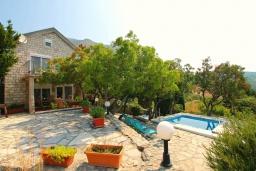 Фасад дома. Черногория, Риека Режевичи : Прекрасный дом с бассейном и видом на море, 4 спальни, 2 ванные комнаты, парковка, Wi-Fi
