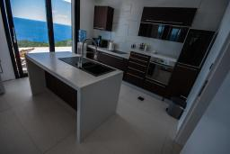 Кухня. Черногория, Кримовица : Просторная современная вилла с шикарным видом на море, 5 спален, 2 ванные комнаты, парковка, Wi-Fi