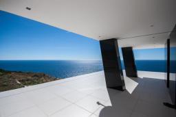 Терраса. Черногория, Кримовица : Просторная современная вилла с шикарным видом на море, 5 спален, 2 ванные комнаты, парковка, Wi-Fi