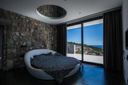 Спальня. Черногория, Кримовица : Просторная современная вилла с шикарным видом на море, 5 спален, 2 ванные комнаты, парковка, Wi-Fi