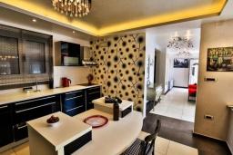 Кухня. Черногория, Будва : Роскошная вилла с большим бассейном и зеленым двориком с барбекю, 4 спальни, 3 ванные комнаты, джакузи, сауна, бильярд, парковка, Wi-Fi