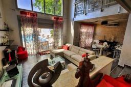 Гостиная. Черногория, Будва : Роскошная вилла с большим бассейном и зеленым двориком с барбекю, 4 спальни, 3 ванные комнаты, джакузи, сауна, бильярд, парковка, Wi-Fi