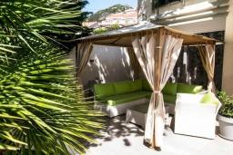 Зона отдыха у бассейна. Черногория, Будва : Роскошная вилла с большим бассейном и зеленым двориком с барбекю, 4 спальни, 3 ванные комнаты, джакузи, сауна, бильярд, парковка, Wi-Fi