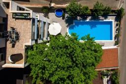 Фасад дома. Черногория, Будва : Роскошная вилла с большим бассейном и зеленым двориком с барбекю, 4 спальни, 3 ванные комнаты, джакузи, сауна, бильярд, парковка, Wi-Fi