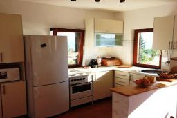 Кухня. Черногория, Святой Стефан : Прекрасная вилла с бассейном и зеленым двориком с барбекю, 4 спальни, 3 ванные комнаты, парковка, Wi-Fi