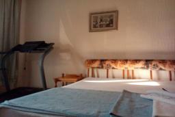 Спальня. Черногория, Бар : Прекрасная вилла с бассейном и зеленым двориком с барбекю, 4 спальни, 2 ванные комнаты, парковка, Wi-Fi