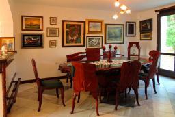 Обеденная зона. Черногория, Бар : Прекрасная вилла с бассейном и зеленым двориком с барбекю, 4 спальни, 2 ванные комнаты, парковка, Wi-Fi