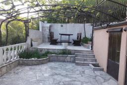 Территория. Черногория, Герцег-Нови : Прекрасная вилла с бассейном и двориком с барбекю, 4 спальни, 2 ванные комнаты, парковка, Wi-Fi