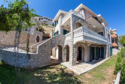 Фасад дома. Черногория, Костаньица : Роскошная вилла с бассейном и видом на море, 20 метров до пляжа, 4 спальни, 3 ванные комнаты, сауна, барбекю, парковка, Wi-Fi