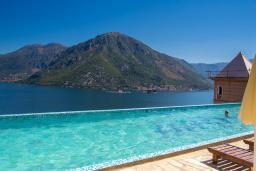 Бассейн. Черногория, Костаньица : Роскошная вилла с бассейном и видом на море, 20 метров до пляжа, 4 спальни, 3 ванные комнаты, сауна, барбекю, парковка, Wi-Fi