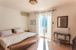 Спальня. Черногория, Доброта : Роскошная вилла с бассейном и видом на море, 10 метров от пляжа, 4 спальни, 4 ванные комнаты, барбекю, парковка, Wi-Fi