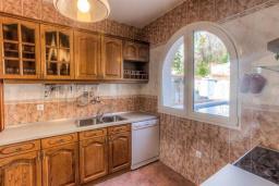 Кухня. Черногория, Доброта : Роскошная вилла с бассейном и видом на море, 10 метров от пляжа, 4 спальни, 4 ванные комнаты, барбекю, парковка, Wi-Fi