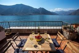 Терраса. Черногория, Доброта : Роскошная вилла с бассейном и видом на море, 10 метров от пляжа, 4 спальни, 4 ванные комнаты, барбекю, парковка, Wi-Fi