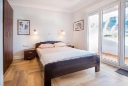 Спальня 2. Черногория, Доброта : Роскошная вилла с бассейном и видом на море, 50 метров от пляжа, 4 спальни, 3 ванные комнаты, барбекю, парковка, Wi-Fi