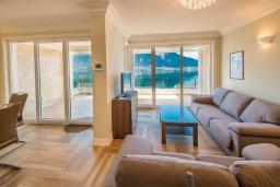 Гостиная. Черногория, Доброта : Роскошная вилла с бассейном и видом на море, 50 метров от пляжа, 4 спальни, 3 ванные комнаты, барбекю, парковка, Wi-Fi